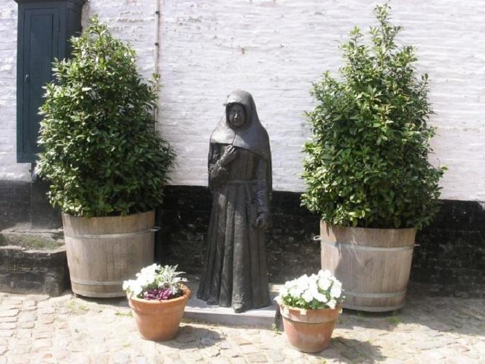 Памятник бегинке в Кортрийке. Источник: talusha1.narod.ru